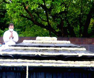 Free Photo:  Rahul G paying tributes to late PM Rajiv Gandhi