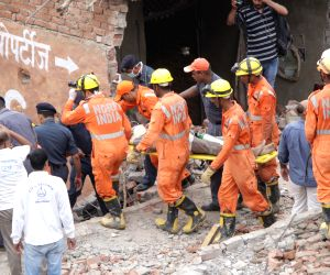 One dead, eight injured in building collapse