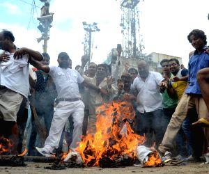 Sadar Bazar residents burn effigies of Delhi CM