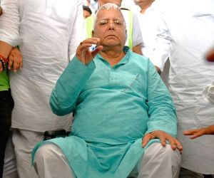 Lalu arrives at Patna Airport
