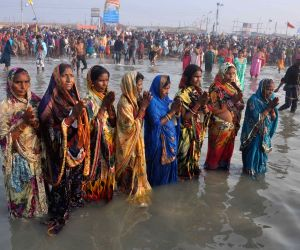 Sagar Island: Gangasagar Mela - Women perform rituals