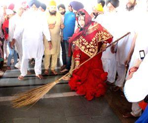 Radhe Maa visits Gurudwara Baba Deep Singh