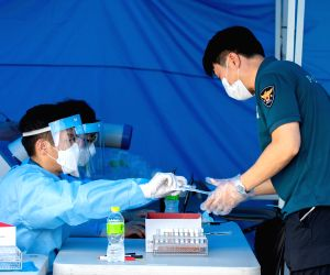 Over 18K people vaccinated on Day 1 in S.Korea