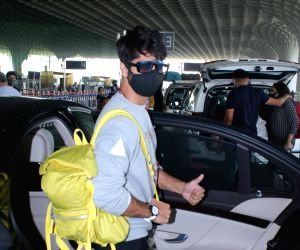 Shahid Kapoor and Meera Kapoor spotted at airport departure