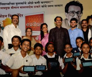 Uddhav Thackeray distribute 400 tabs to the students