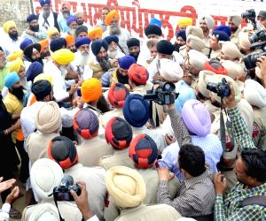 Sikh radicals protest outside Akal Takht