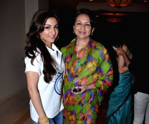 soha-ali-khan-with-her-mother-at-p-g-thank-you