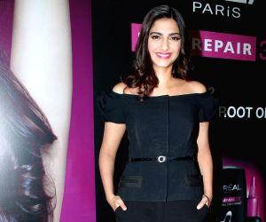 Sonam Kapoor slammed for Pak comments, asks trolls to get a life