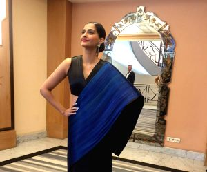 Sonam Kapoor sports sari at Cannes ()