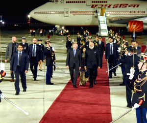 St. Petersburg: Modi arrives at Orly Airport