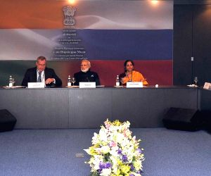 St. Petersburg (Russia): Modi meets Governors of Russian regions
