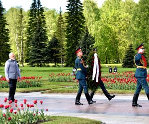 St. Petersburg: Modi at the Piskarovskoye Memorial Cemetery