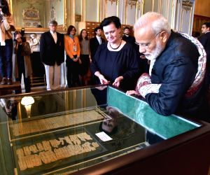 St. Petersburg: Modi visits the Institute of Oriental Manuscripts