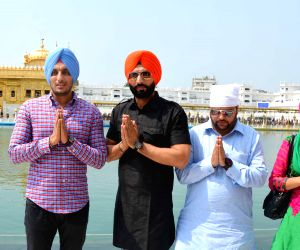 'Kaum De Heere' cast at Golden Temple