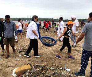 Subhash Ghai helps to clean Mumbai's Versova beach ()
