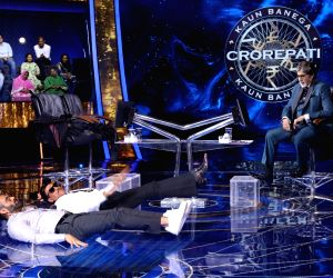 Suniel Shetty, Jackie Shroff flex muscles on 'KBC 13', Big B impressed