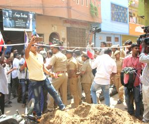 Rajinikanth fans' demonstration against Tamil Munnetra Padai