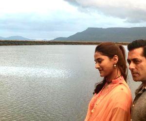 Salman Khan shares 'on location' pic with Saiee