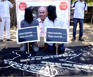 Supporters of anti-superstition activist Narendra Dabholkar protest against failure of Maharashtra Government in nabbing his murderers