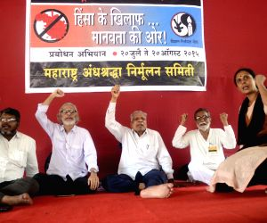 Narendra Dabholkar's supporters demonstrate against  Maharashtra government