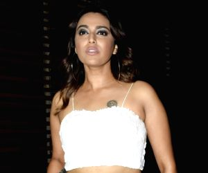 Swara Bhasker takes off her pointy stiletto on the IIFA green carpet, moment goes viral!