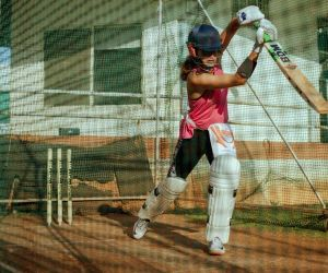 Taapsee Pannu starts week with cricket practice