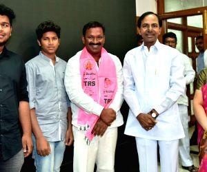 Warangal MP Pasunuri Dayakar meets KCR
