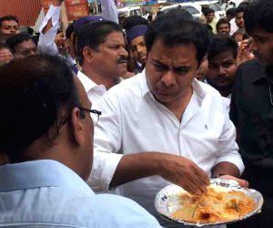 KT Rama Rao tastes Rs. 5 food