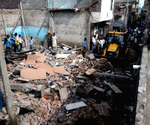 10 buffaloes killed in building collapse