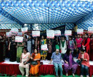 Sampoorna Mahila Samiti demosntration against AAP leaders