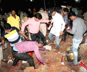 24 killed in wall collapse