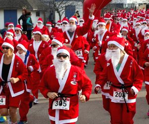 Toronto (Canada): Participants dressed as Santa Claus take part in the 2014 Santa Race