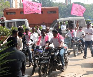 TRS supporters protest against creation of Rayala-Telangana