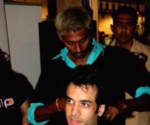 Tusshar Kapoor at Cut-a-thon Oberoi Mall.
