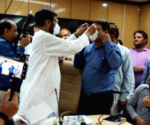 Coronavirus - Ram Vilas Paswan distributes masks to Ministry officers and employees