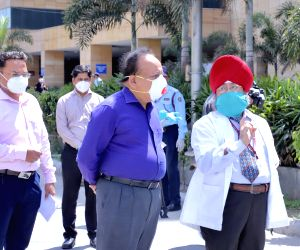 Harsh Vardhan visits Safdarjung Hospital to review preparedness to overcome COVID-19