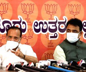 Union Minister DV Sadananda Gowda addressing a press conference with DCM Ashwath Narayan at a private hotel, in Bengaluru.