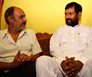 Ram Vilas Paswan meets the parents of Aditya Sachdeva