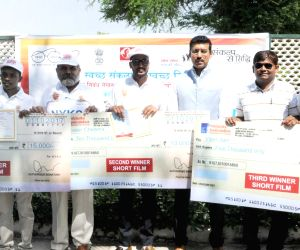Rajyavardhan Singh Rathore with the winners of short film competition