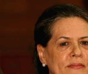 Sonia rakes up intolerance bogey in I-Day statement