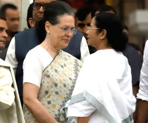 UPA chairperson Sonia Gandhi and West Bengal Chief Minister Mamata Banerjee at the swearing in ceremony JD(S) leader H.D. Kumaraswamy in Bengaluru on May 23, 2018.