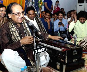 Ghulam Ali performs at Sankat Mochan temple