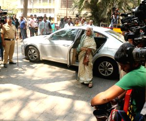 Waheeda Rehman arrives to stand by grief struck Kapoor family