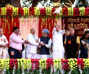 Vice President M Venkaiah Naidu with former Prime Minister Dr. Manmohan Singh and others during Dussehra celebrations at Shri Dharmik Leela Committee at Red Fort Ground in New Delhi on Oct ...