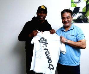 Free Photo: Dwayne Bravo gifts autographed T-shirt to Kamal Haasan