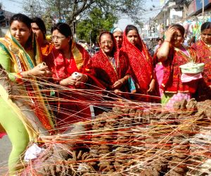women-busy-shopping-for-holika-dahan-in-patna-on