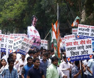 Youth Congress workers protest against Delhi govt