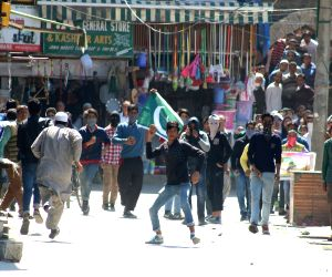 Youths pelt stones on security personnel