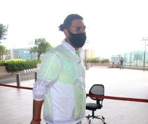 : Mumbai: Yuvraj Singh Spotted at Airport Departure