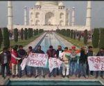 ताजमहल में PM के खिलाफ नारे लगाने वाले इलाहाबाद यूनिवर्सिटी के छात्रों को पुलिस ने हिरासत में लिया